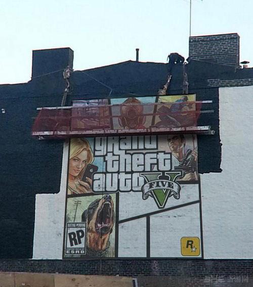 网友发现R星的工作人员在曼哈顿街头的一座酒吧墙壁上绘制一张疑似《GTA5》封面图片的宣传广告现场照片