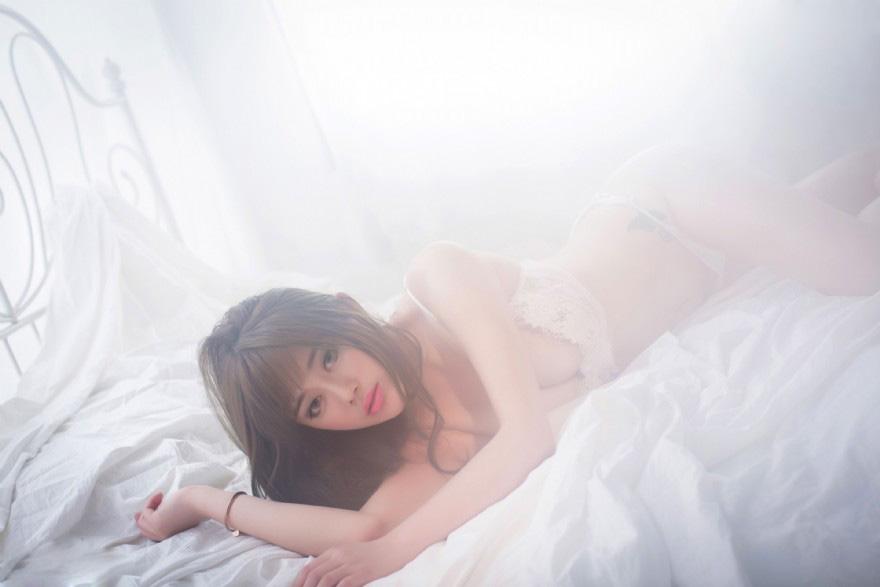 妖娆妩媚美女性感白纱内衣写真