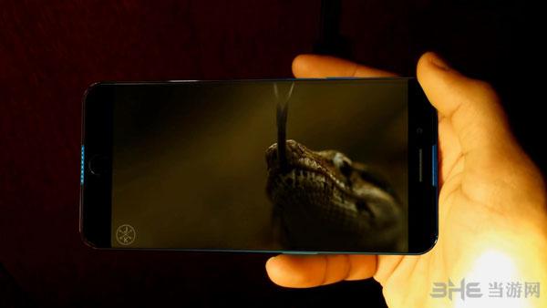 日前,概念艺术设计工作室SCAVidsHD曝光了一段自制的iPhone 7 Edge概念设计视频,仿照曲面屏设计并实现了视觉无边框的效果,让我们先来欣赏一下吧。 日前,概念艺术设计工作室SCAVidsHD曝光了一段自制的iPhone 7 Edge概念设计视频,仿照今年新推出的三星S6 edge、三星S6 edge+和nubia Z9采用了曲面屏,并实现了视觉无边框的效果,让我们先来欣赏一下吧。 iPhone 7 Edge概念视频: 从视频来看,这款iPhone 7 Edge相当逼真,采用曲面屏后甚至有了无