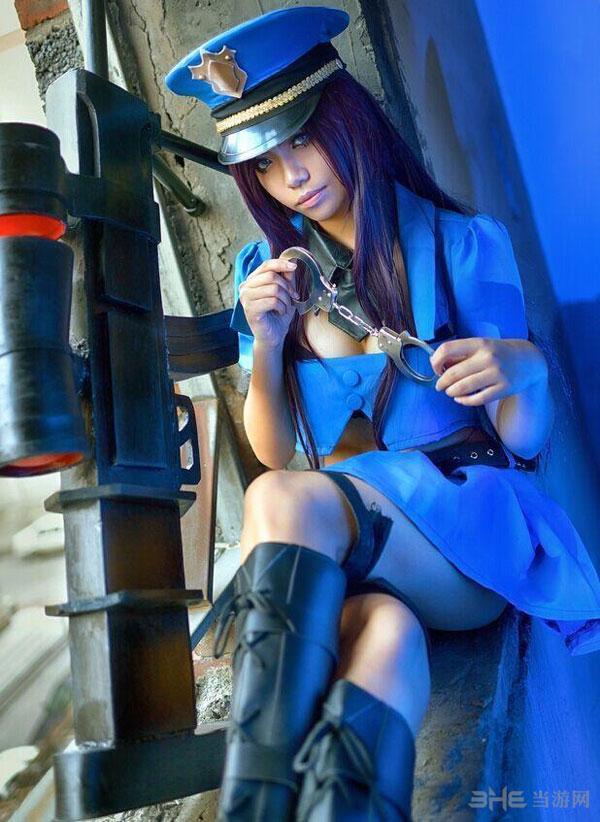 英雄联盟皮城女警察cosplay欣赏 古铜色肌肤让人着迷