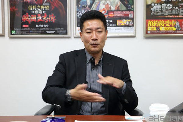 小笠原贤一接受采访图片
