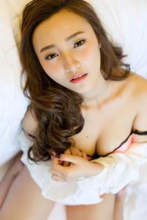乳神翟奥奥制服性感写真 前凸后翘展现完美身材