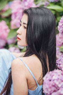 清纯美女花丛私房写真 明媚动人令人着迷