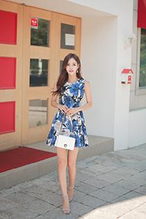 淡雅美女姣好身材秀出来 收腰短裙遮不住迷人大长腿