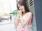 清纯靓丽的时尚美女写真 粉嫩背带裤超短超减龄