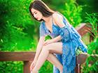 蓝色大裙摆的妖娆诱惑 领子太大真遮不住什么