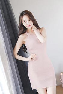 性感姐姐的粉嫩紧身裙 努力凹造型真是引人犯罪