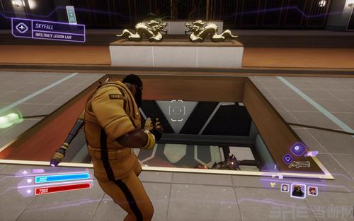 骇入这个垃圾桶,房间前方会出现一个可以通往下层的电梯,坐上电梯前往